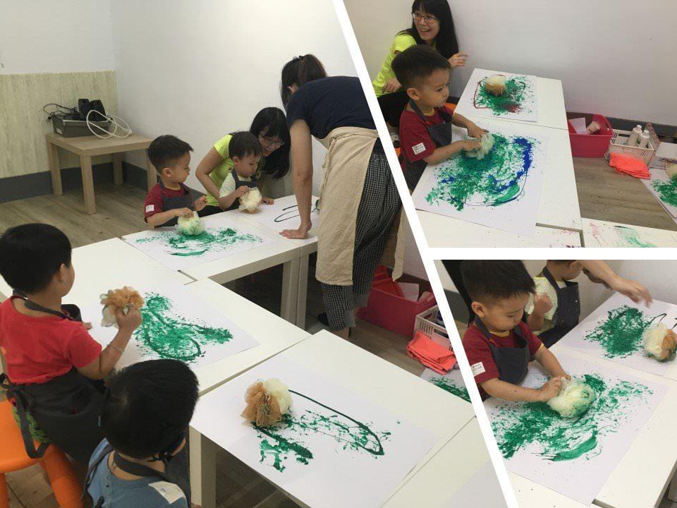 慢慢走創意空間-小班制的塗鴉班以ㄇ字型呈現,方便老師顧及每個孩子