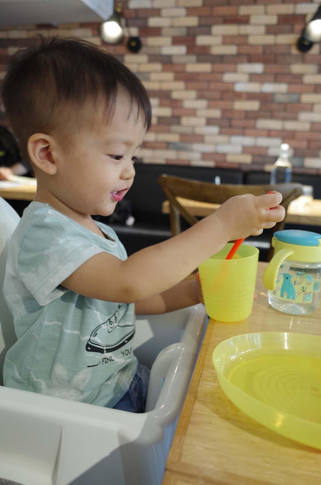 Mani mani提供的兒童餐具及餐椅