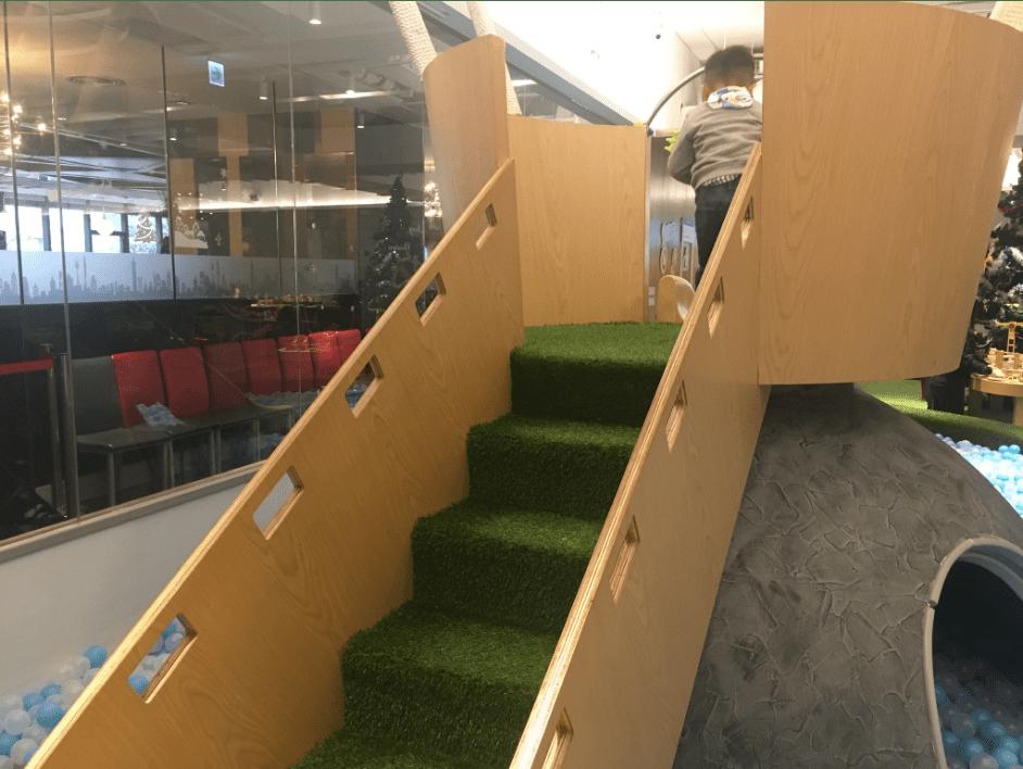 格林屋-球池溜滑梯的樓梯