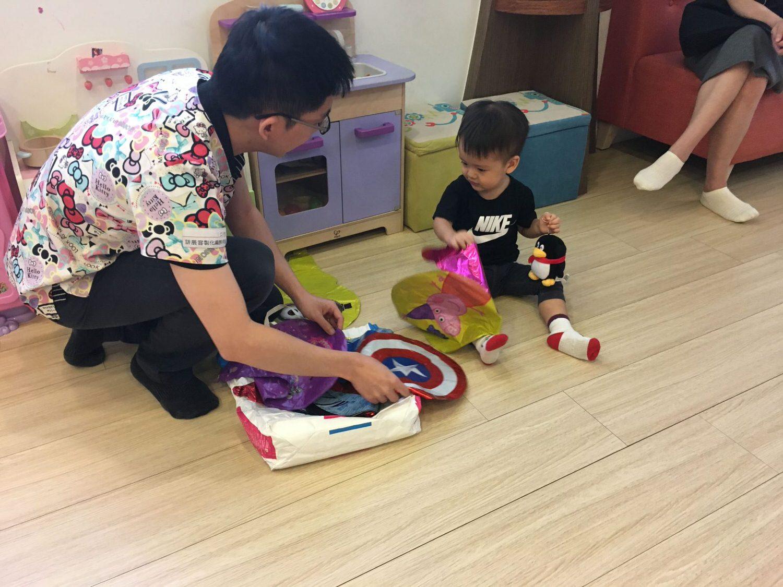 花栗鼠兒童牙科-麻醉師給小孩選擇喜歡的氣球棒