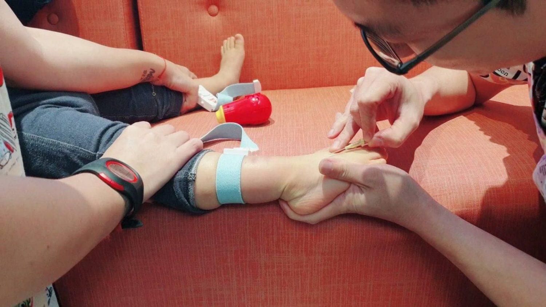 花栗鼠兒童牙科-醫師進行舒眠麻醉中