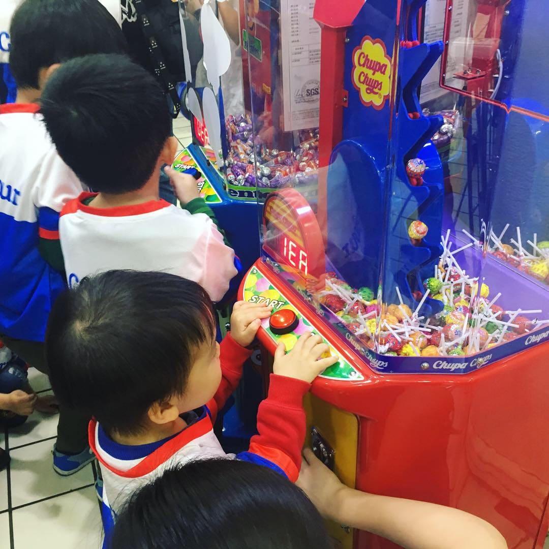 家樂福收銀員活動-棒棒糖機免費玩
