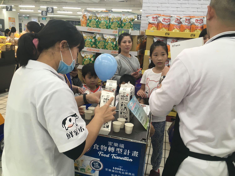 家樂福收銀員活動-許慶良(鮮乳坊)牛奶喝到飽