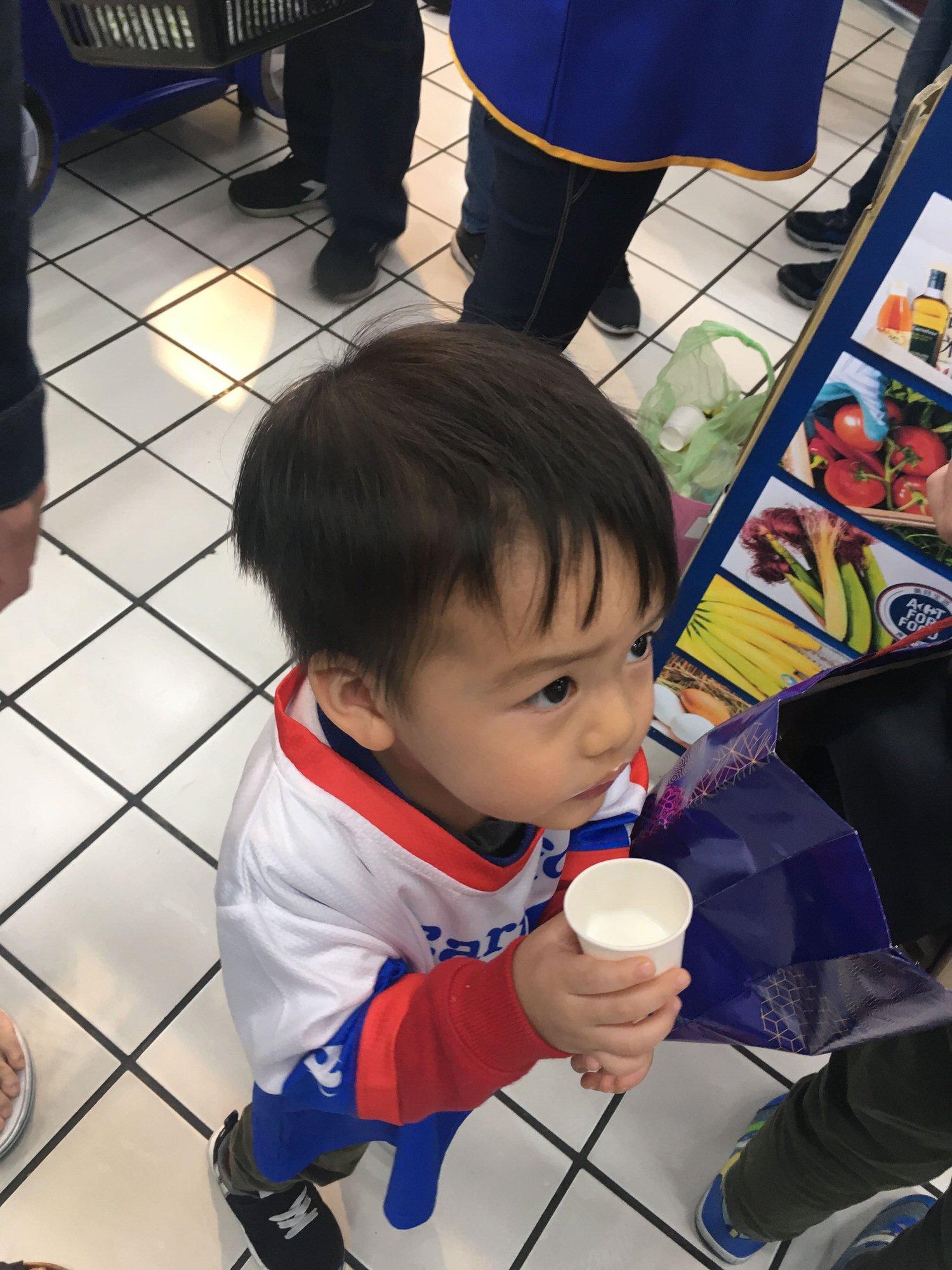 歡喜喝牛奶中