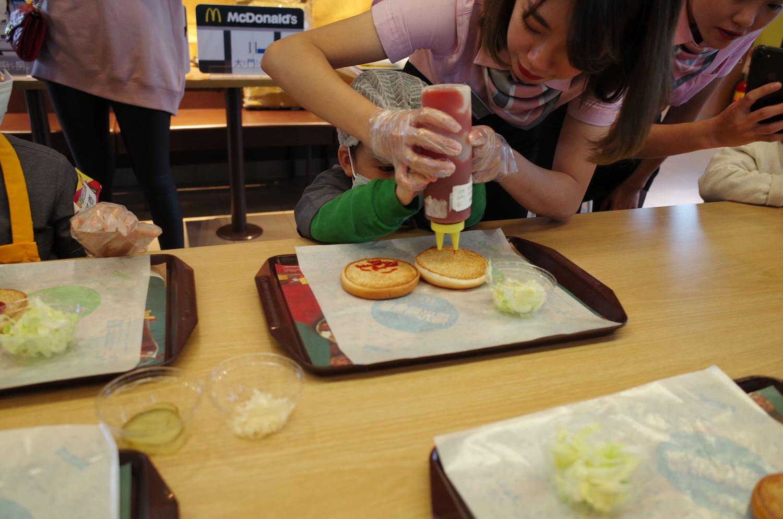 麥當勞職業體驗-歡喜擠蕃茄醬中