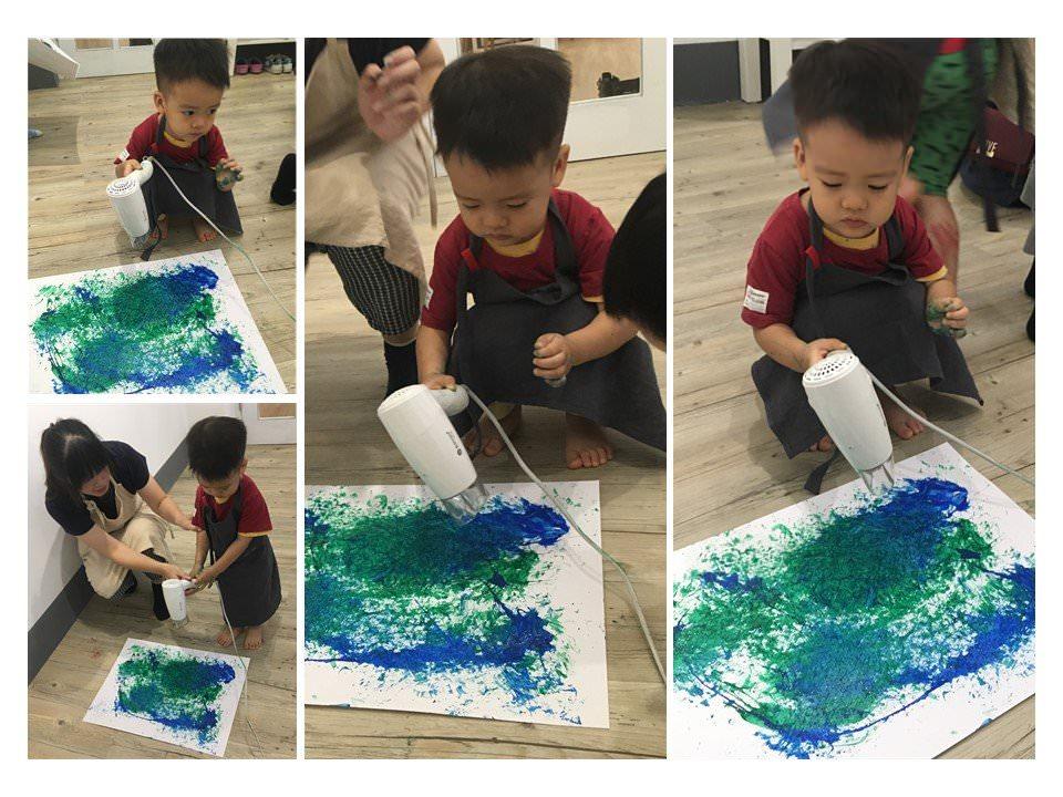 慢慢走創意空間-老師輔助小朋友使用吹風機