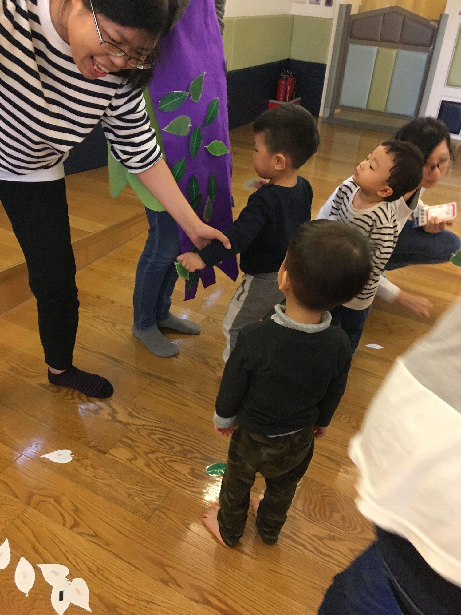 第一週行天宮中班親子課-互動遊戲貼樹葉