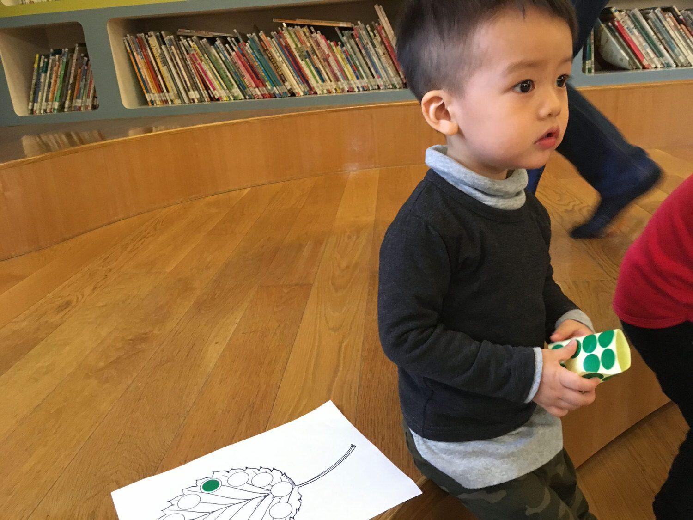 第一週行天宮中班親子課-老師發空白的樹葉學習單