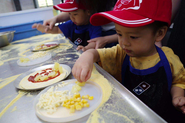 達美樂-歡喜專心的放置披薩配料(玉米、起司、鳳梨)